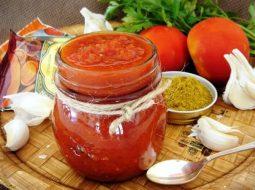 adzhika-iz-pomidor-i-chesnoka-na-zimu-prostoj_1.jpg