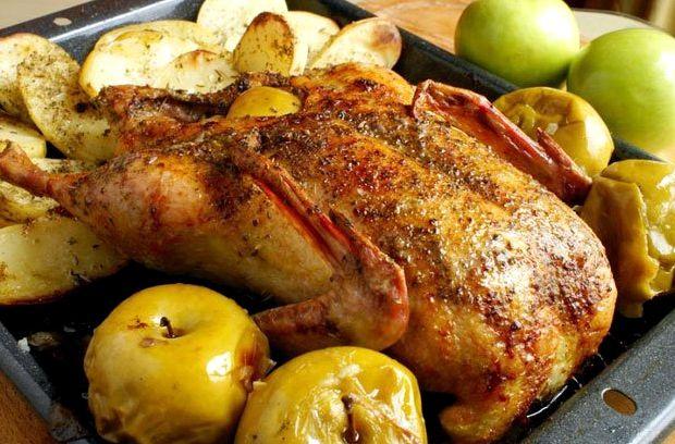 Гусь запеченный с яблоками и черносливом в духовке рецепт с фото