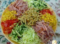 kozel-v-ogorode-s-chipsami-salat-recept-s-foto_1.jpg