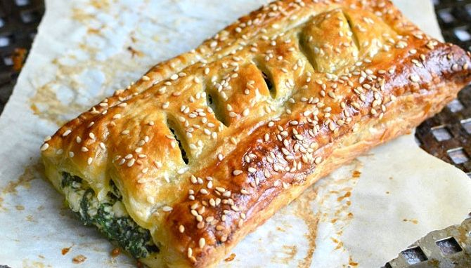 Пирог с сыром и шпинатом из слоеного теста рецепт с фото