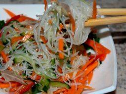salat-s-kolbasoj-i-funchozoj-recept-s-foto_1.jpeg