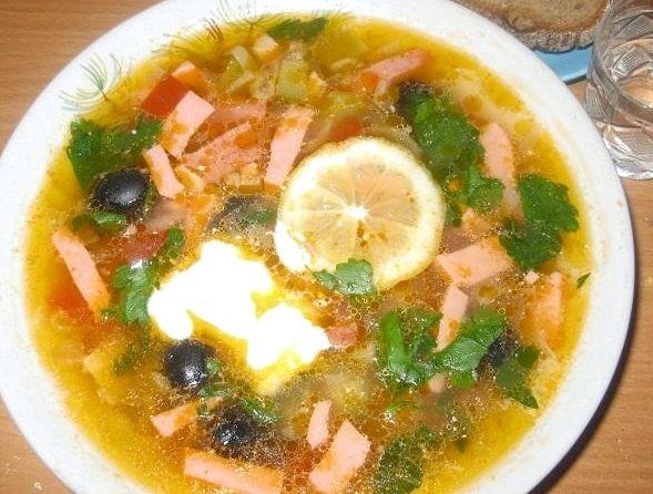 Суп с колбасой и оливками рецепт