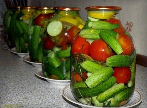 Ассорти на зиму из огурцов и помидоров рецепт