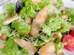 kak-prigotovit-salat-cezar-s-kuricej-i-suharikami_1.jpg