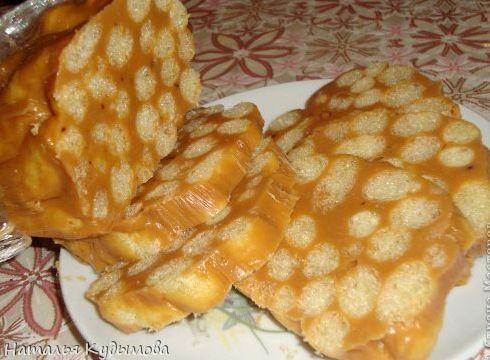 Колбаска из ирисок и кукурузных палочек рецепт
