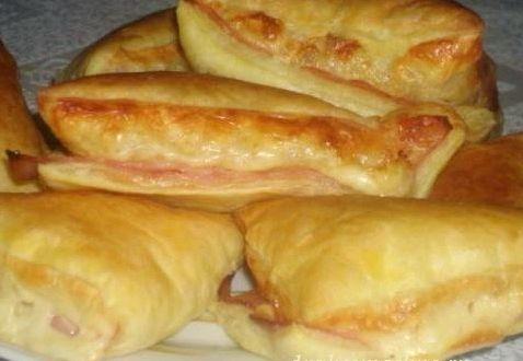 Конвертики из слоеного теста с сыром и ветчиной фото рецепт