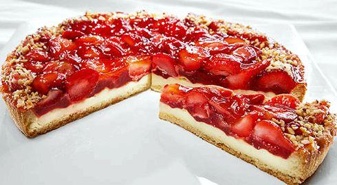 Пирог из слоеного теста с клубникой и творогом рецепт с фото