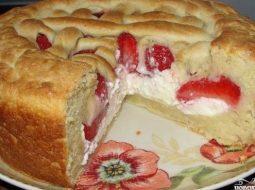 Простой пирог с творогом и клубникой рецепт