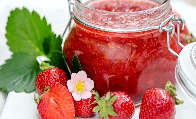 Рецепт густого клубничного варенья с цельными ягодами