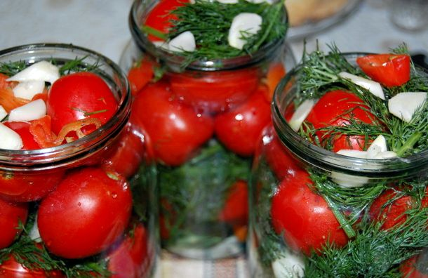 Рецепт соленых помидоров на зиму в банках