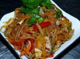 salat-funchoza-s-kuricej-i-ovoshhami-recept-s-foto_1.jpg