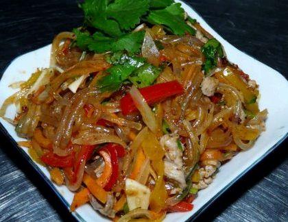 Салат фунчоза с курицей и овощами рецепт с фото