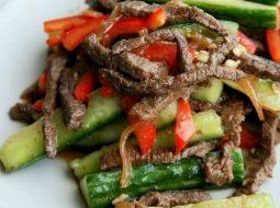 salat-s-govjadinoj-i-ogurcami-recept-s-foto_1.jpg