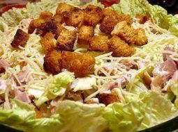 salat-s-suharikami-recept-s-foto-ochen-vkusnyj_1.jpg