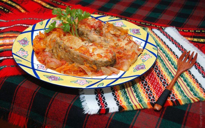 Жареная рыба на сковороде с луком и морковью рецепт с фото